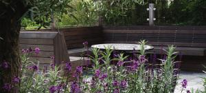 bespoke-hardwood-seating-area-brighton-garden-design (1)