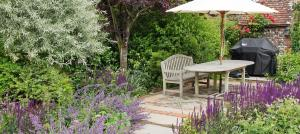 d-by-mike-harvey-gardensdining-table-surrounded-by-plants-garden-designer